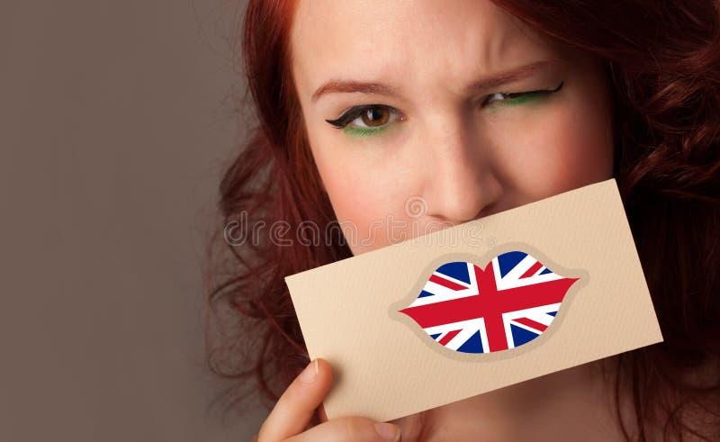 Persona que sostiene la tarjeta de la bandera de Reino Unido imagenes de archivo