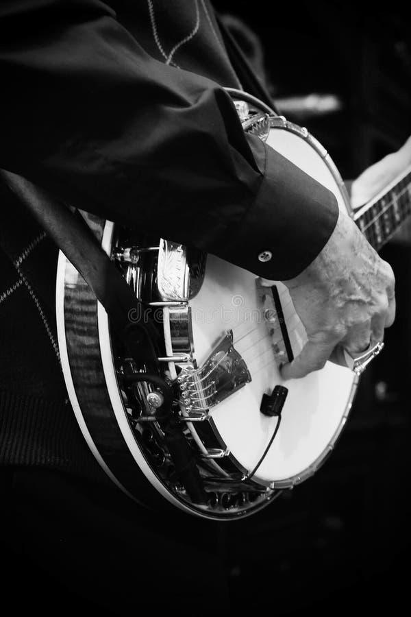 Persona que toca un banjo foto de archivo