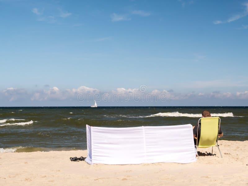 Persona que toma el sol en la playa imágenes de archivo libres de regalías
