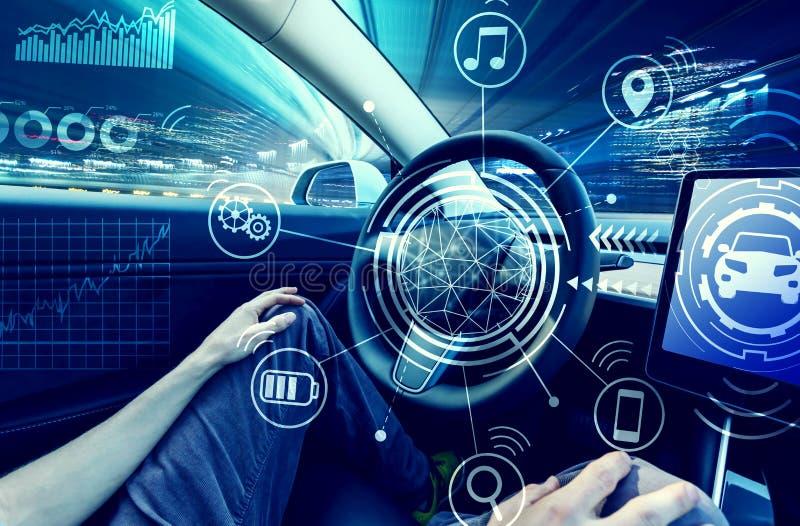 Persona que usa el coche en manos del modo del piloto automático libremente imágenes de archivo libres de regalías