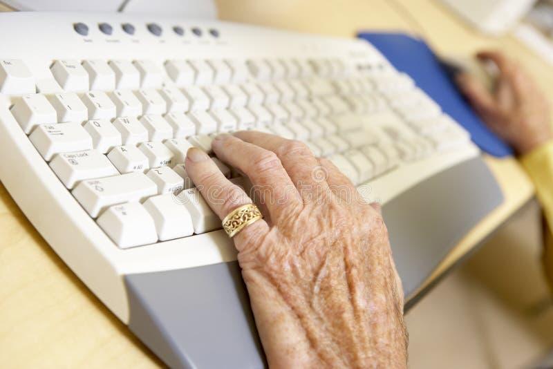 Persona que usa el ordenador fotografía de archivo libre de regalías