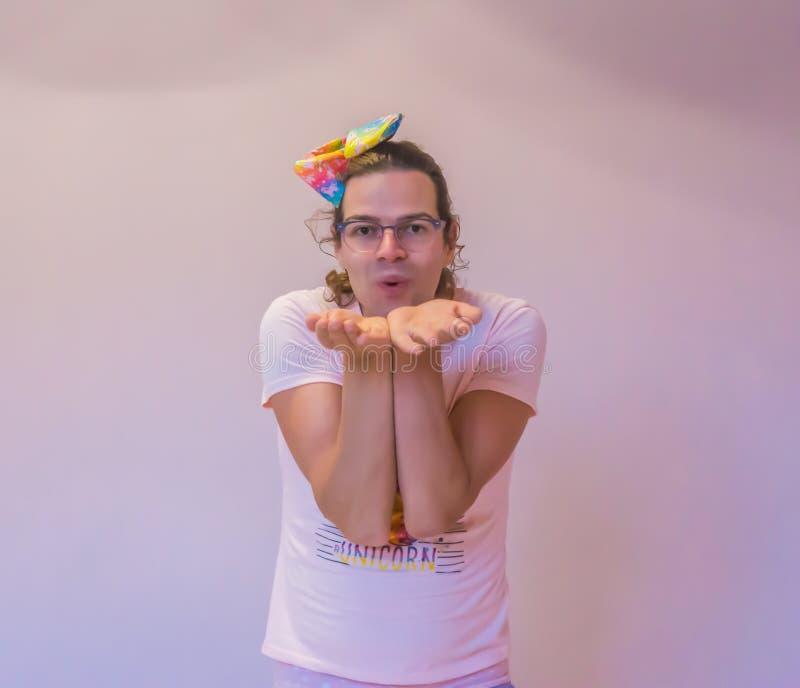Persona rara del género divertido de LGBT que hace un cierre del gesto del beso del soplo encima del aislamiento foto de archivo