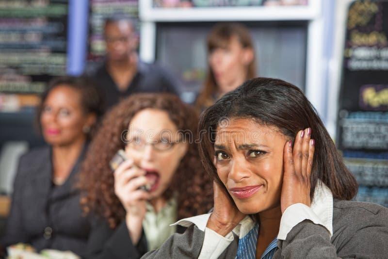 Persona rumorosa sul telefono immagine stock