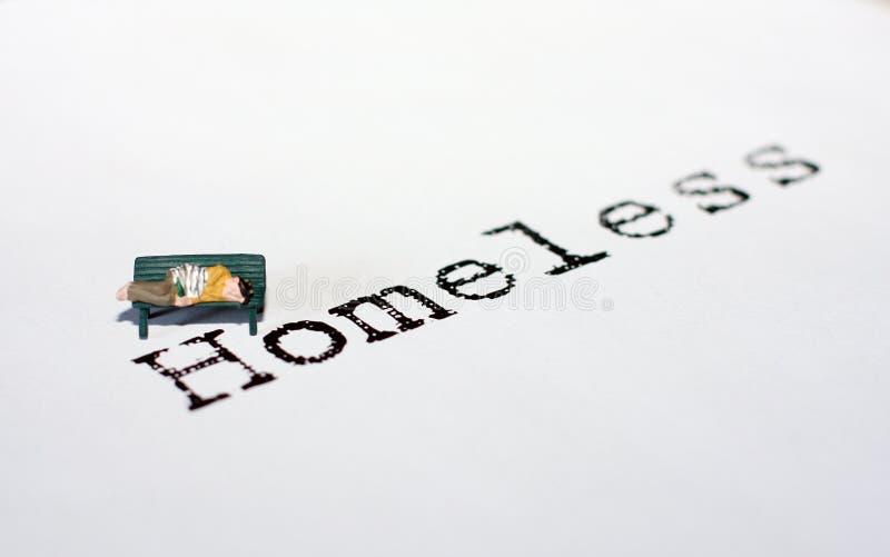 Persona senza casa sul banco fotografia stock libera da diritti