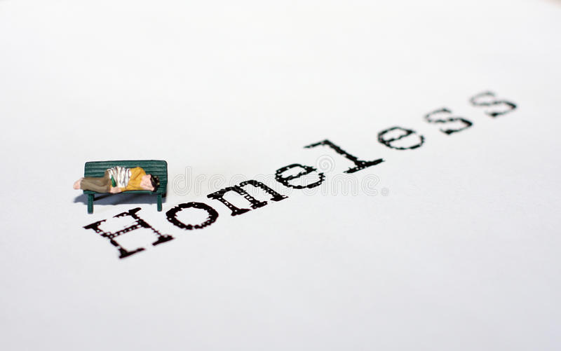 Persona sin hogar en banco foto de archivo libre de regalías