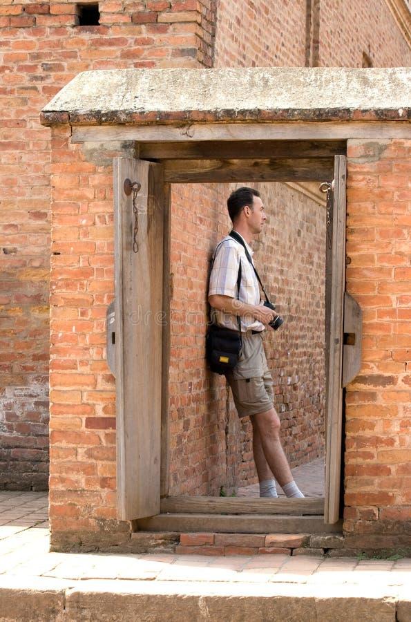 Persona sopra la porta. fotografia stock libera da diritti