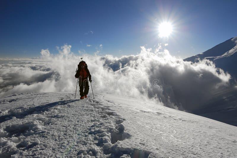 Persona sulla cresta della montagna immagini stock libere da diritti