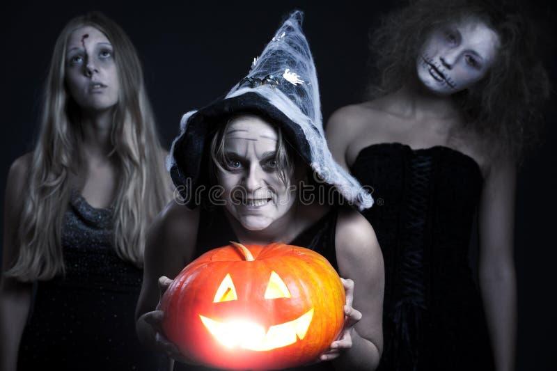 Personages de Halloween sobre o fundo escuro imagens de stock