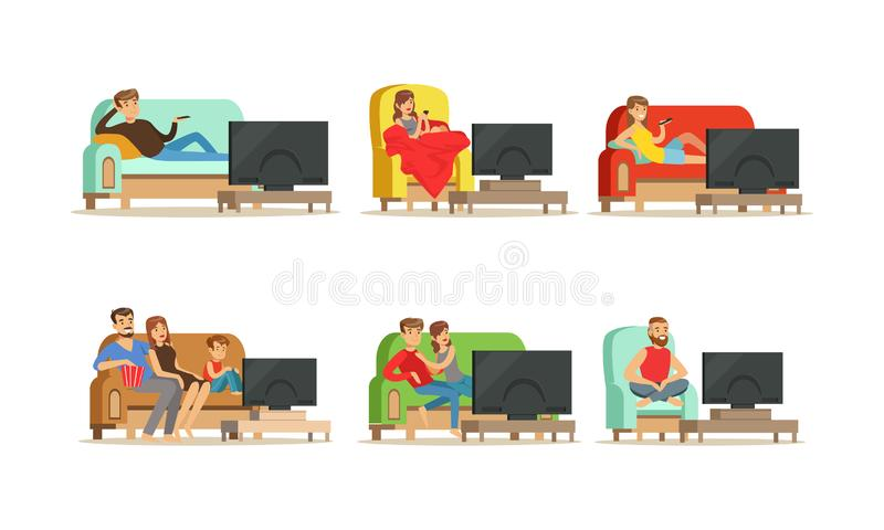Personaggi seduti su Cozy Couch e Armsedia e guardando le illustrazioni del Vettore TV royalty illustrazione gratis