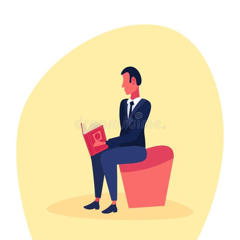 Personaggio dei cartoni animati maschio di seduta di riuscito concetto di studio del libro di lettura dell'uomo d'affari pianamen royalty illustrazione gratis