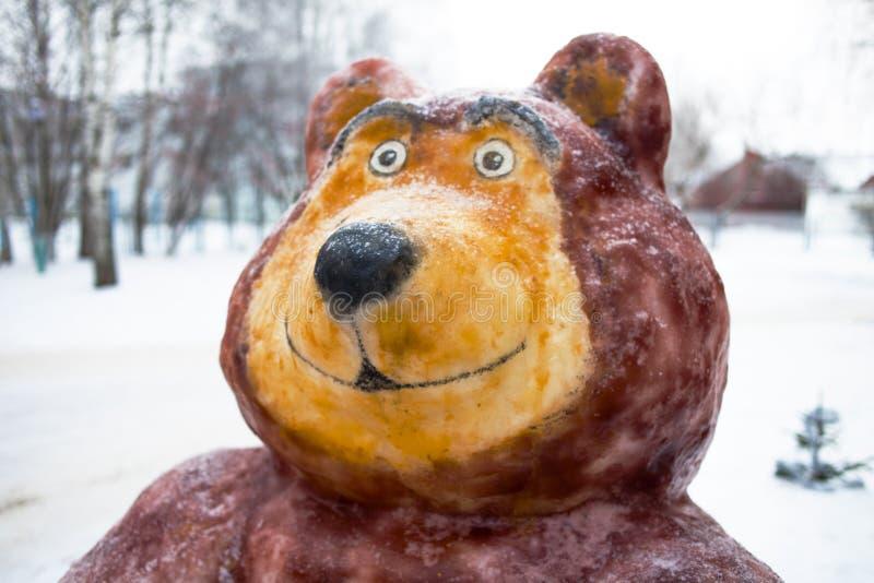 Personajes de dibujos animados Masha de la escultura de nieve y el oso Rusia imagen de archivo libre de regalías