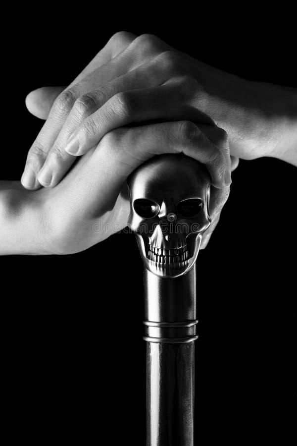 Personal con el cráneo que se sostiene en mano de la mujer negro y blanco, bruja fotos de archivo