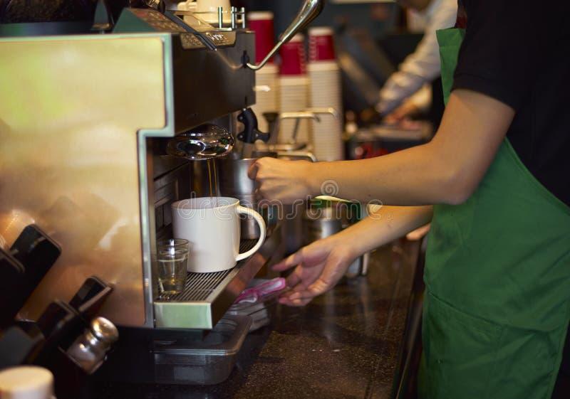 Personal de la cafetería que prepara el café fotografía de archivo
