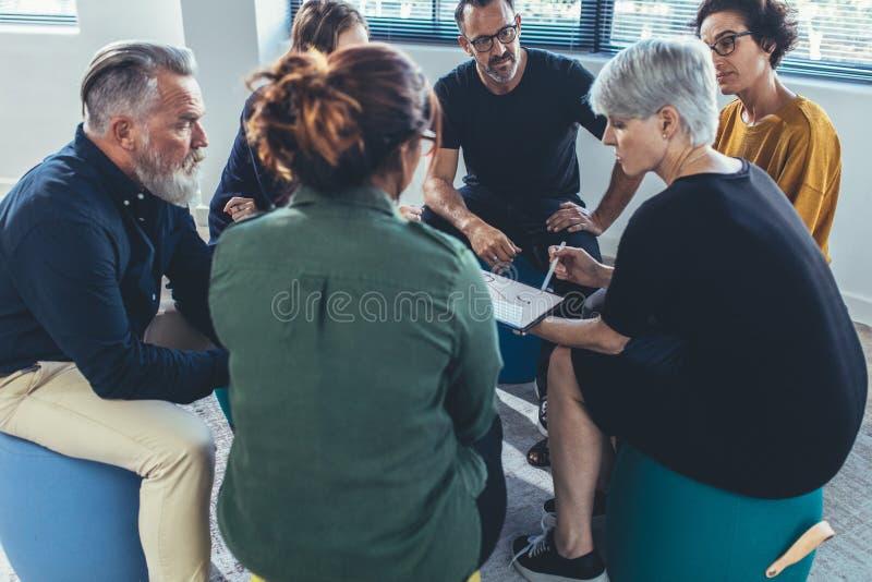 Personal de oficina en una discusión de grupo fotografía de archivo