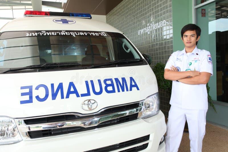 Personal des Notrettungsteams und seines Krankenwagenautos stockfotografie