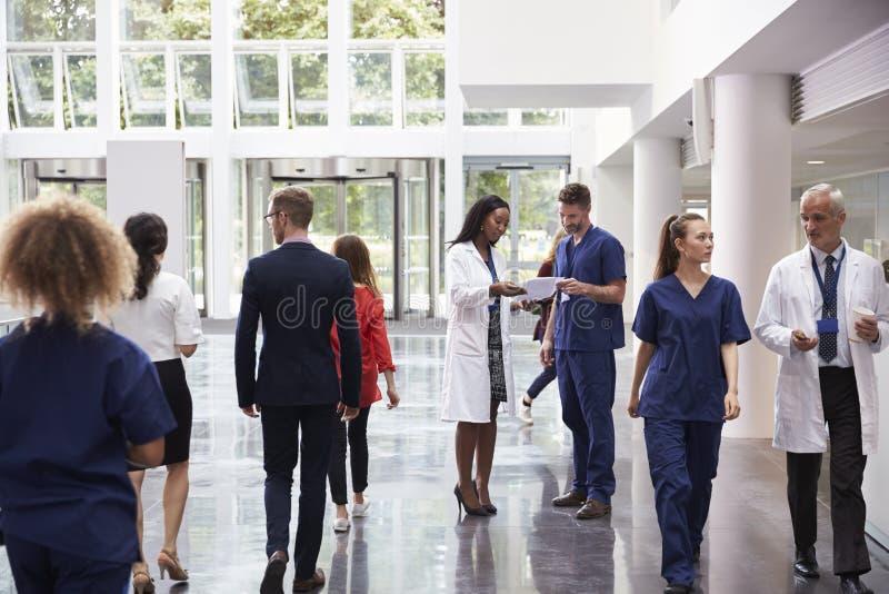 Personal i upptaget lobbyområde av det moderna sjukhuset royaltyfri bild