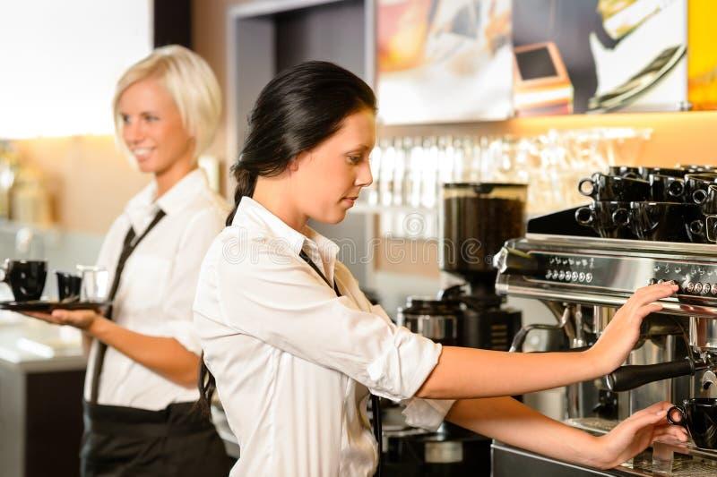 Personal am Kaffee, der Kaffee-Espressomaschine herstellt lizenzfreie stockbilder