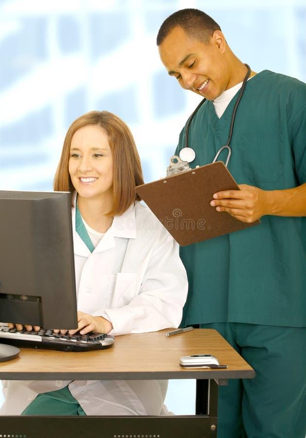 Personal médico que consigue ocupado foto de archivo