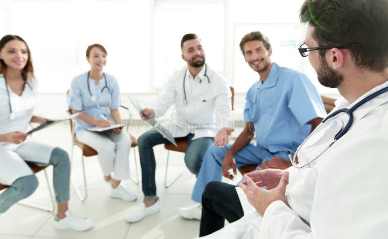Personal médico que discute la radiografía de un paciente fotos de archivo libres de regalías