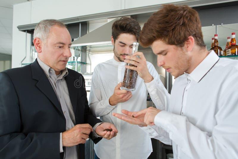 Personal som arbetar med kaffestrålar royaltyfri foto