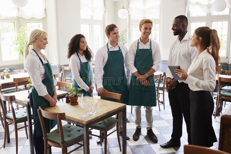 Personal som deltar i Team Meeting In Empty Dining rum royaltyfria bilder