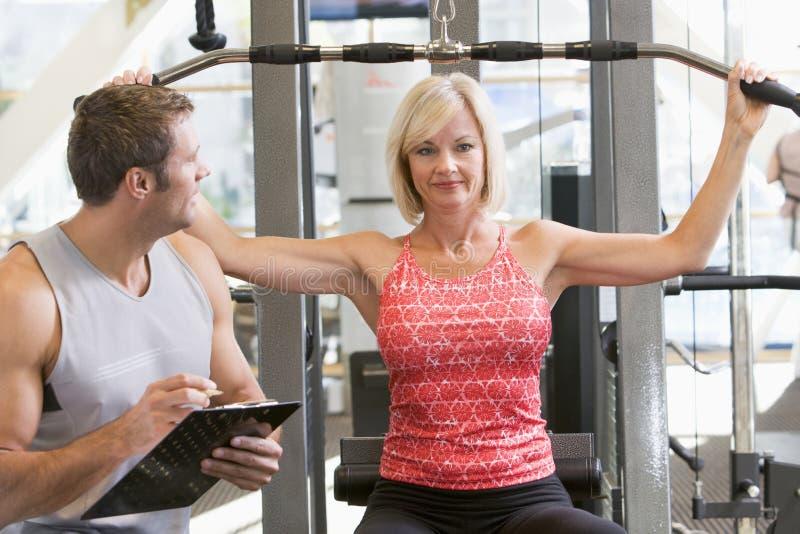 personal train trainer watching weight woman στοκ φωτογραφία με δικαίωμα ελεύθερης χρήσης