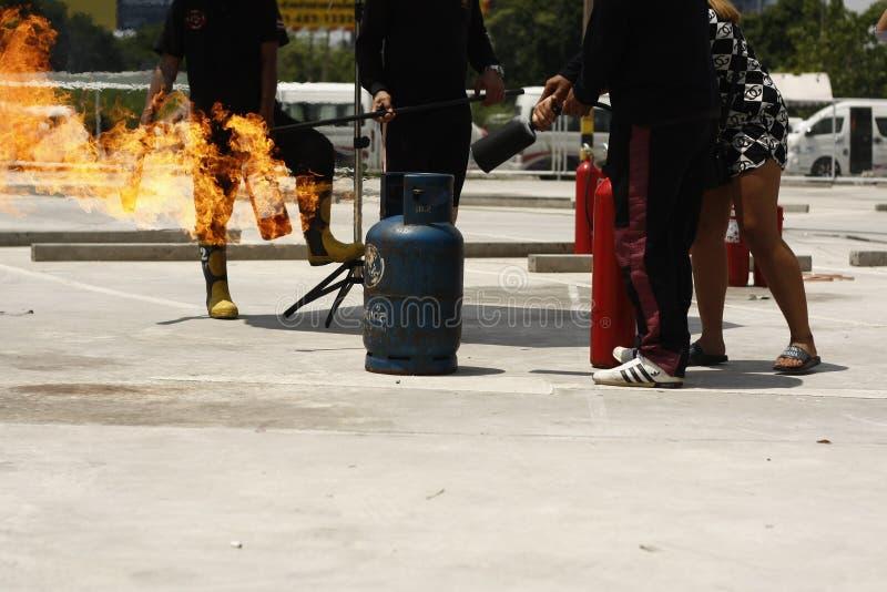 personal voluntario del entrenamiento de los bomberos cómo utilizar con seguridad un extintor foto de archivo libre de regalías
