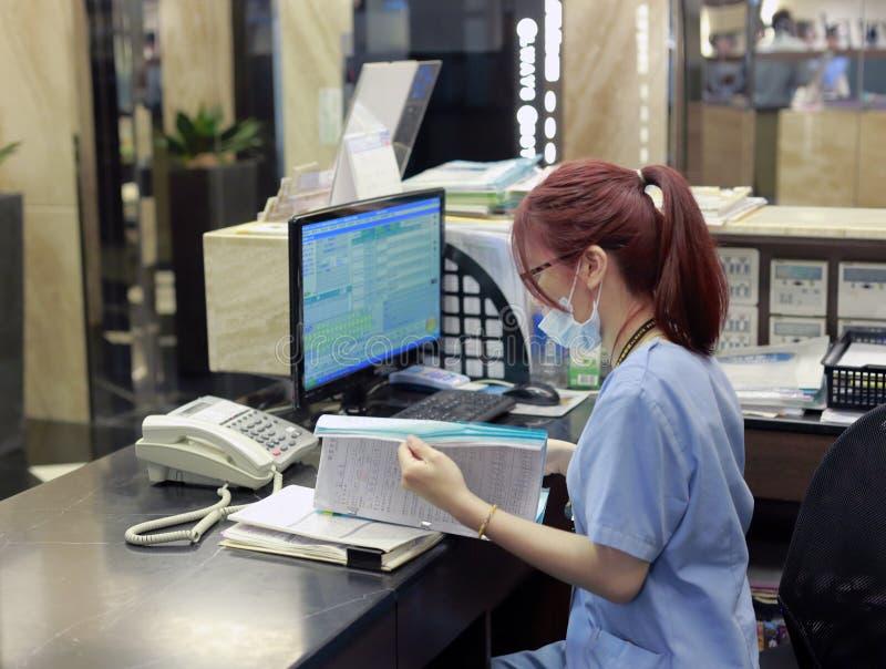 Personal zahnmedizinischen Krankenhauses ABCs, das nahe bei Computer arbeitet lizenzfreie stockfotografie