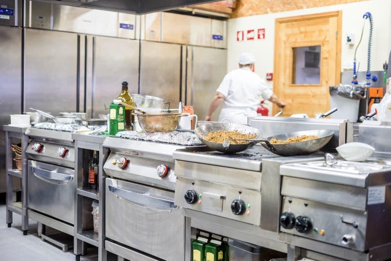 Personale della cucina occupato con la preparazione dell'alimento in ristorante operato fotografie stock libere da diritti
