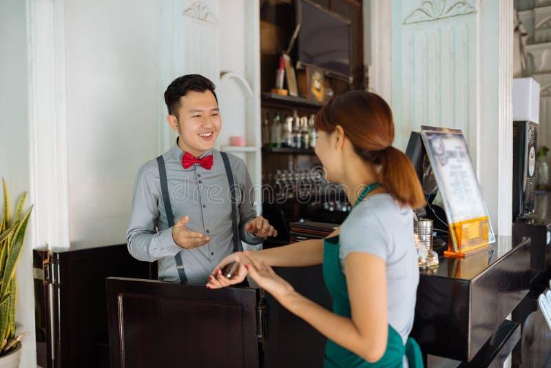 Personale di conversazione del ristorante fotografia stock