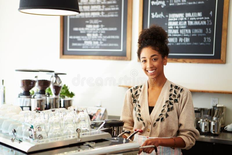 Personale femminile in caffetteria fotografie stock