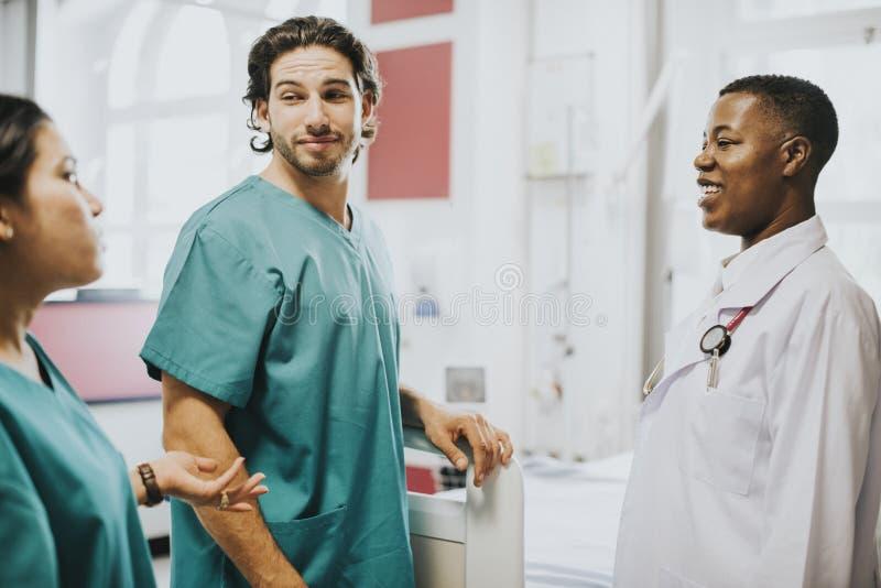 Personale medico che ha una conversazione nel corridoio fotografie stock