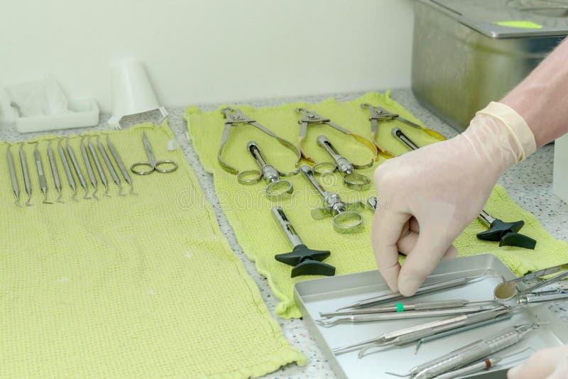 Personale medico che sistema le siringhe chirurgiche in preparazione di chirurgia chiuda su 4k fotografie stock libere da diritti