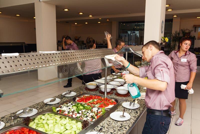 Personalen gör upp ren för öppningen av restaurangen fotografering för bildbyråer