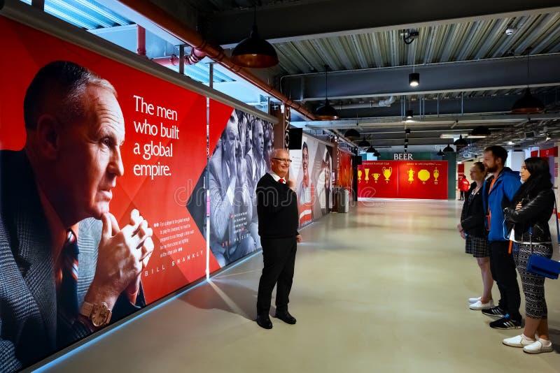 Personales de LFC y un grupo de fanáticos del fútbol en el estadio de Anfield, Liverpool, Reino Unido fotografía de archivo