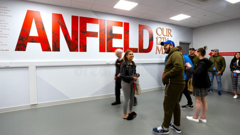 Personales de LFC y un grupo de fanáticos del fútbol en el estadio de Anfield, Liverpool, Reino Unido foto de archivo