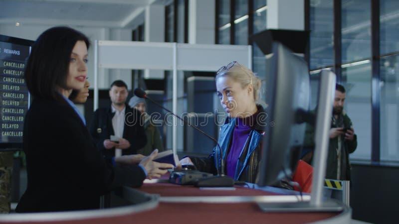 Personales de seguridad aeroportuaria que procesan a pasajeros imágenes de archivo libres de regalías