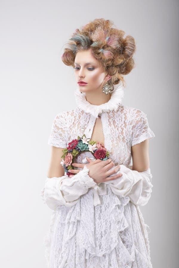 personalidade Mulher luxuoso com as flores no traje da noite imagens de stock royalty free