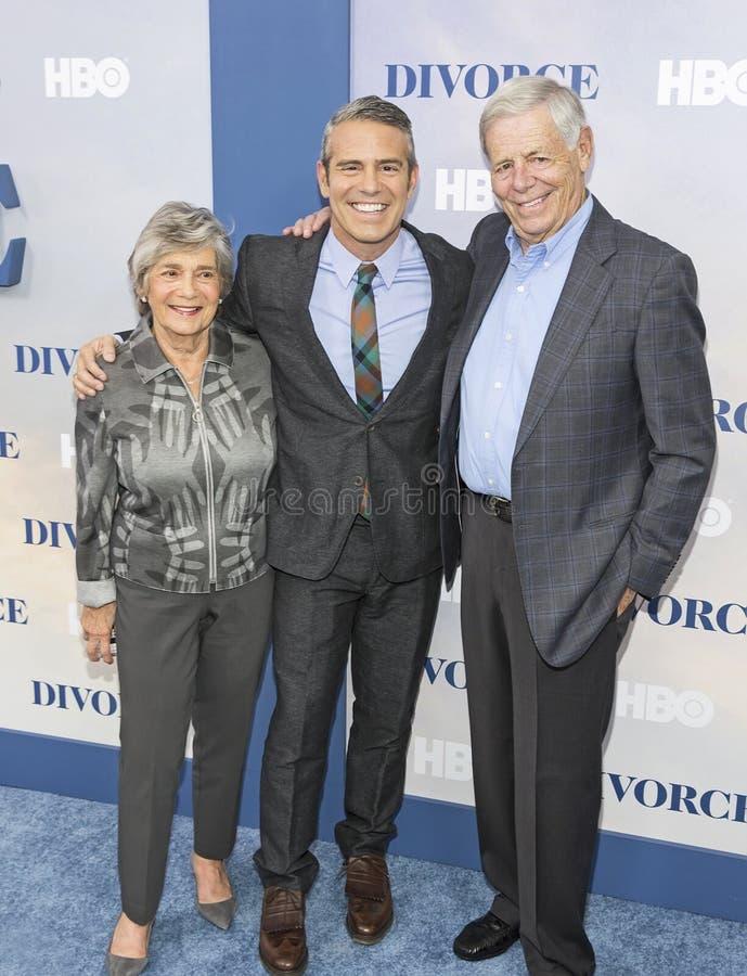 Personalità di TV Andy Cohen ed i suoi genitori fotografie stock