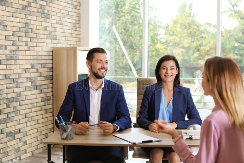 Personalkommissions-Leitvorstellungsgespräch mit Bewerber lizenzfreie stockfotos