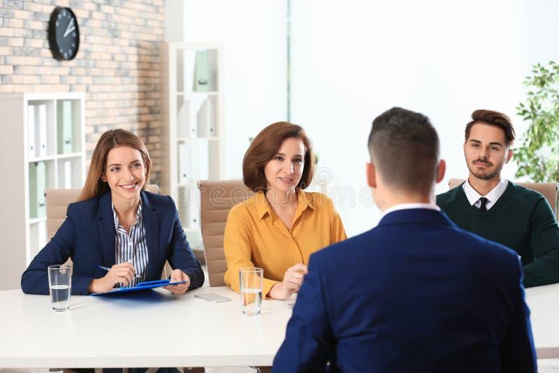 Personalkommissions-Leitvorstellungsgespräch mit Bewerber lizenzfreie stockbilder