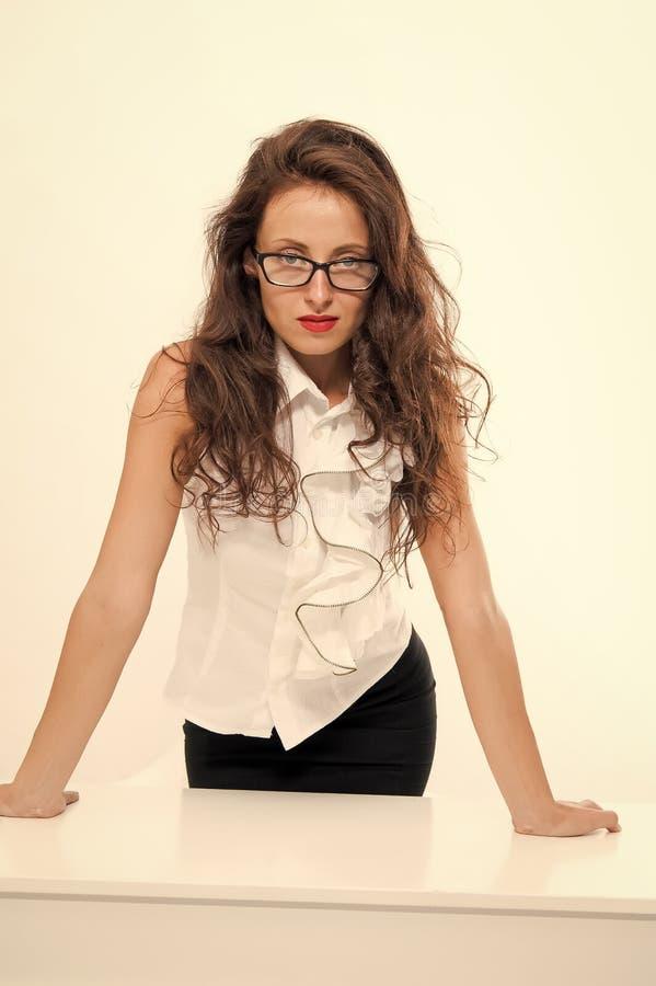 Personalkonzept des Büros Wirtschaftliche Bildung Ehrgeizige Frau Streng und schwerwiegend Woman Brille attraktive Lehrerin stockfoto