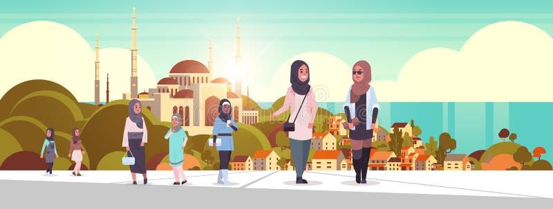 Personas árabes caminan mujeres árabes al aire libre usando ropas tradicionales, personajes de caricaturas arabias sobre la mezqu stock de ilustración