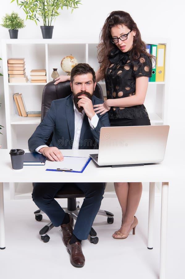 Personas acertadas del asunto Hombre y mujer atractiva Posici?n del director y del CEO del encargado de Boss Secretaria del hombr imagenes de archivo