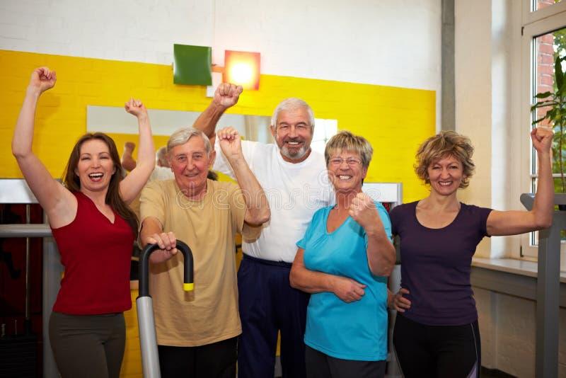 Personas acertadas en gimnasia foto de archivo libre de regalías