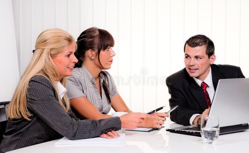 Personas acertadas en una reunión en la oficina fotos de archivo libres de regalías