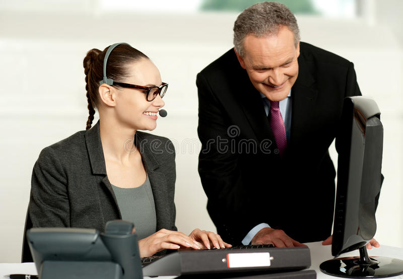Personas corporativas que trabajan junto en el ordenador foto de archivo
