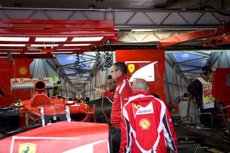 Personas de Ferrari que preparan el coche de Felipe Massaâs