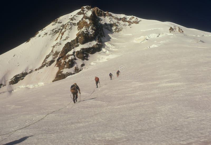Personas de la cuerda de escaladores fotos de archivo libres de regalías