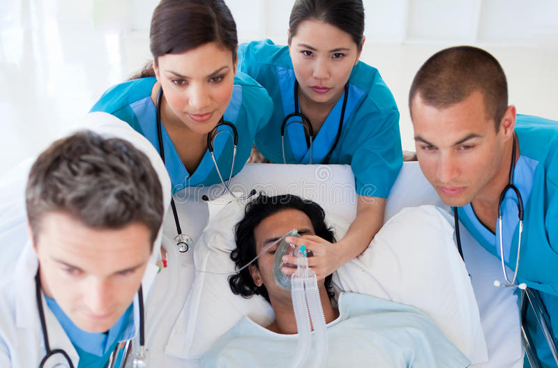 Personas de la emergencia que llevan a un paciente imagen de archivo